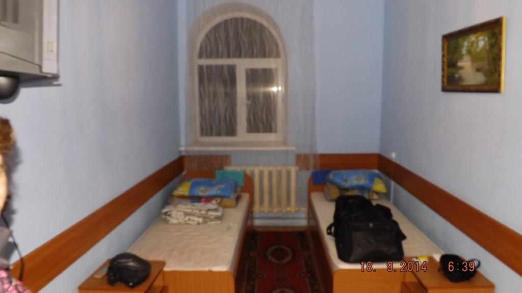 Это наш номер на двух человек. Удобства рядом в коридоре- 1300 рупий.